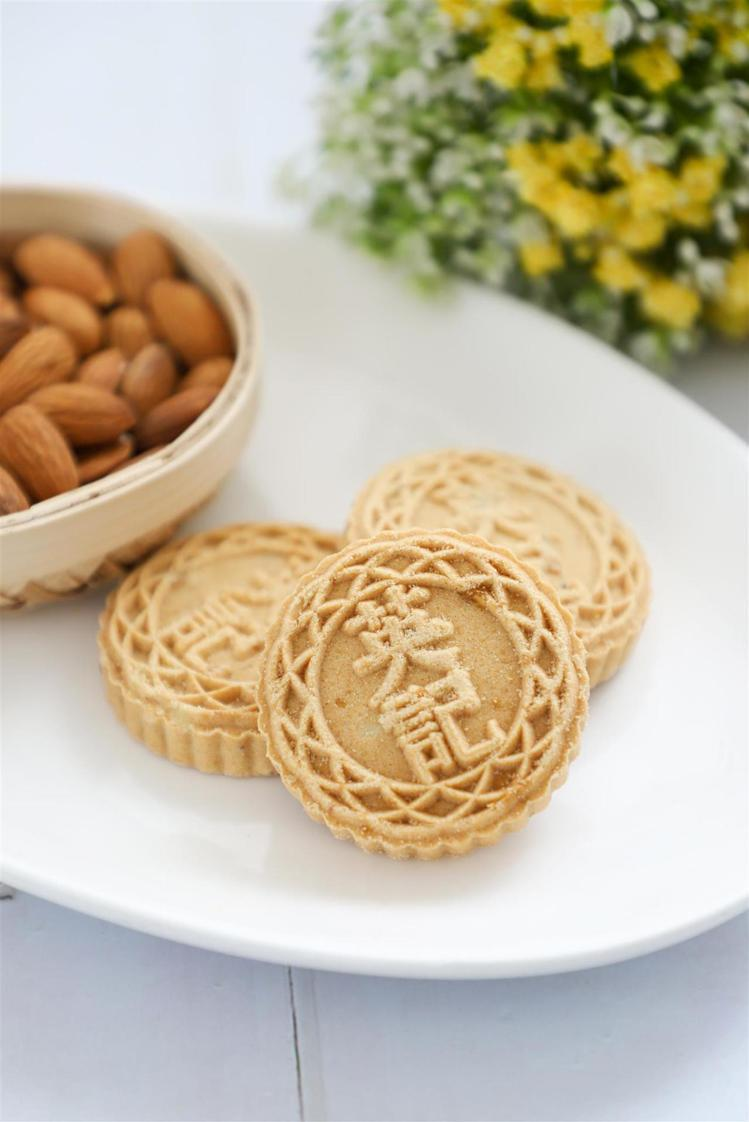 英記餅家 精裝禮盒-蛋黃杏仁餅12入。照片廠商提供。