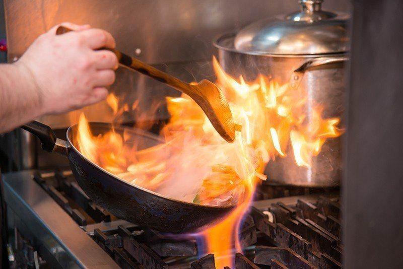 老闆大火烹調展現絕活。  攝影|行遍天下