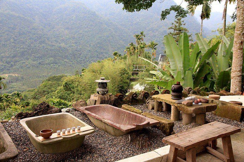 家屋旁的茶席區有多座古早味浴缸,可以一邊喝茶一邊躺著看風景、數星星。  攝影|行...