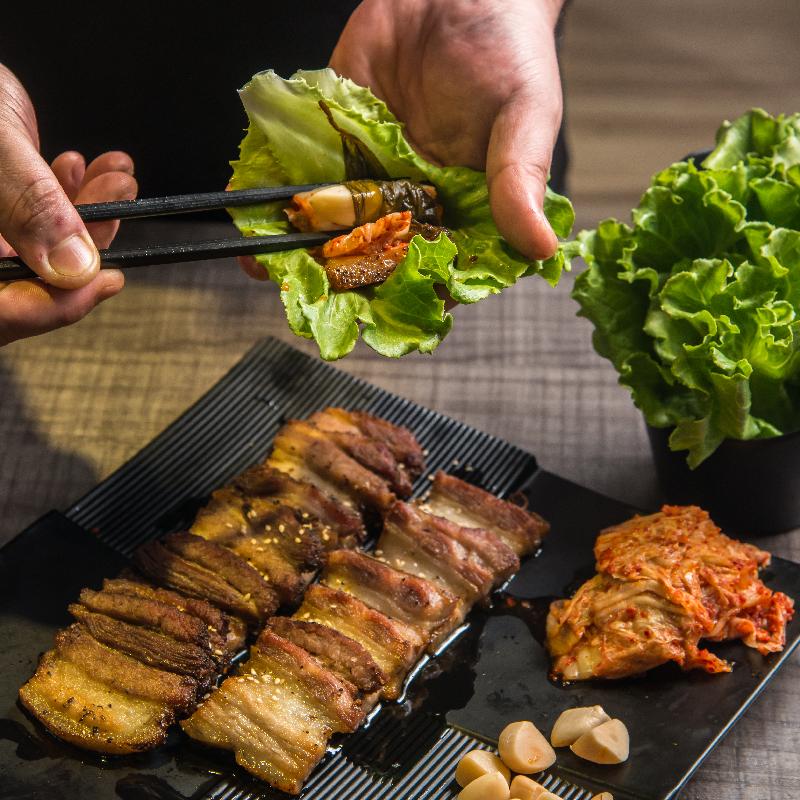 生菜包裹多種食材吃來清爽而又富層次。  攝影|行遍天下