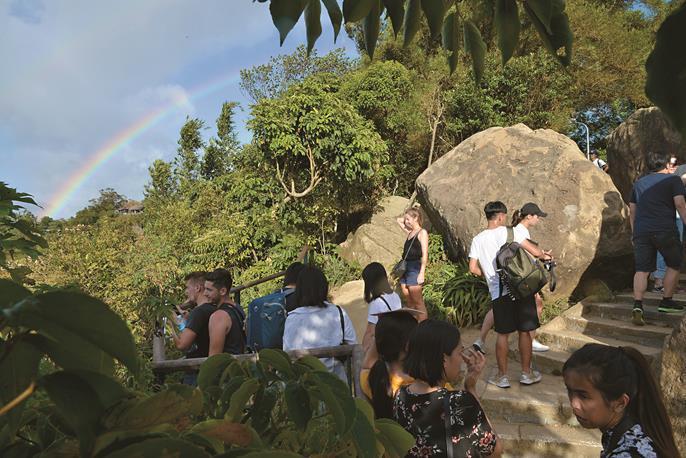 象山は交通の便がよく、美しい景色が眺められることから、ここを訪れる外国人観光客も...