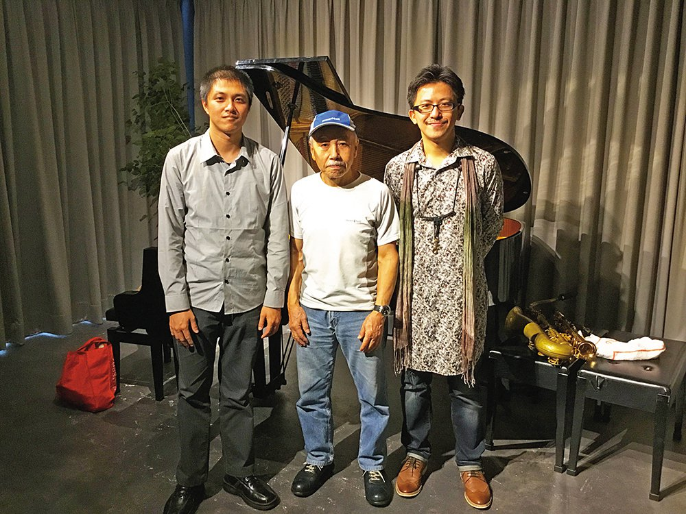 (由左至右)李世揚、Sabu、謝明諺合照。Sabu去年來台巡演時是世揚接待的,他...