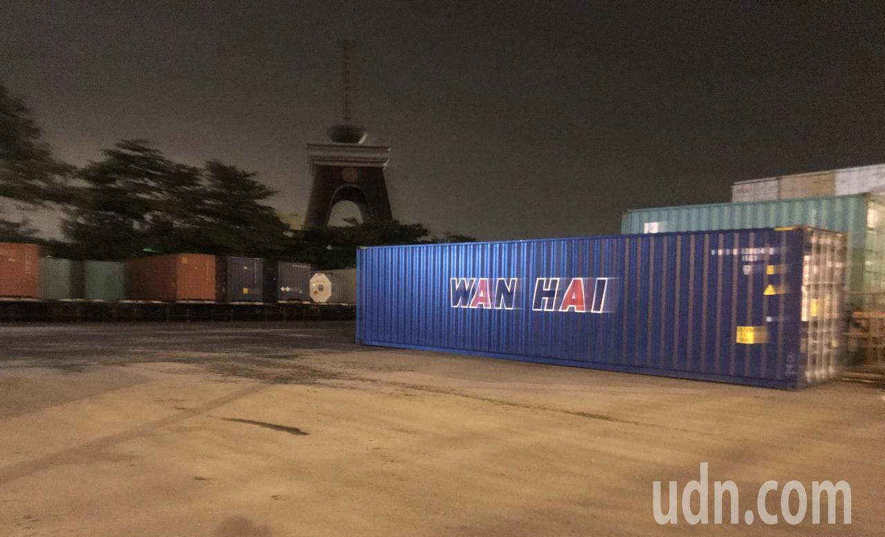 軍方、國安局等相關人員6日晚間到前鎮區漁港路這處貨櫃集散場,現場指稱,染料布料問...