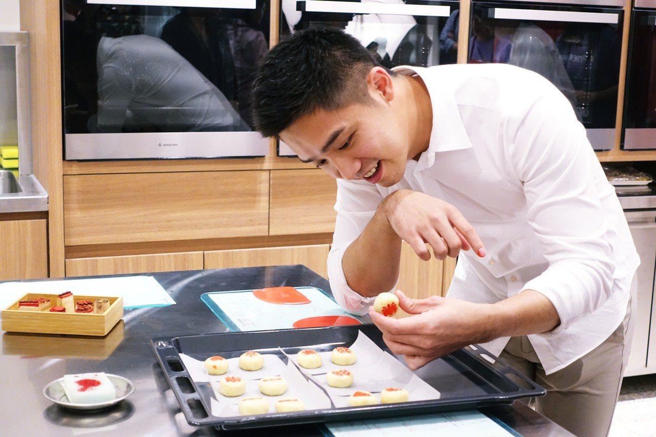 參加手作漢餅體驗活動,可親自揉捏綠豆椪、替餅蓋章。記者沈佩臻/攝影