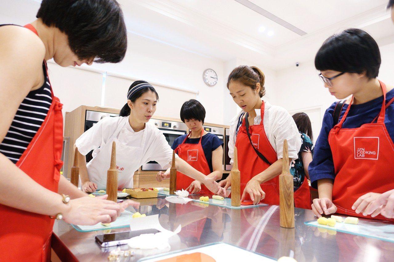 二樓規畫周末限定免費手作漢餅體驗活動,由小老師帶領製作舊振南迷你「李白綠豆椪」。...
