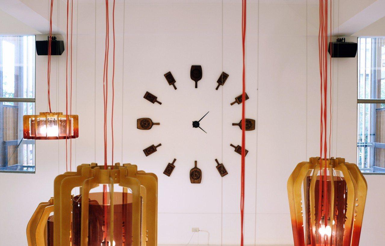 時鐘融入餅模元素。記者沈佩臻/攝影