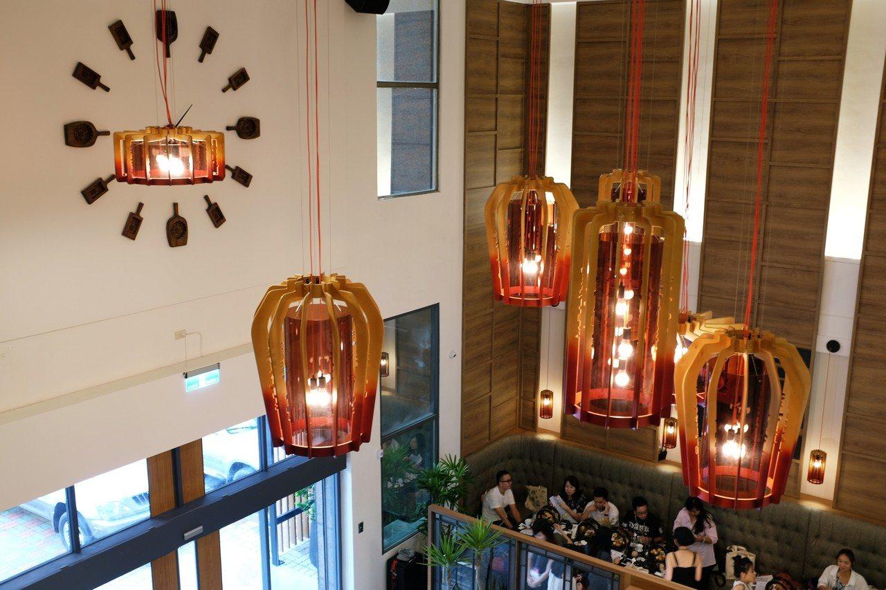 特邀知名居家燈飾設計品牌META Design以漢餅模外型3D解構,手工製成燈具...