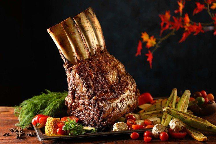 50樓Cafe即日起到10月31日間,舉辦海陸盛典活動,推出戰斧牛等多項美食。圖...