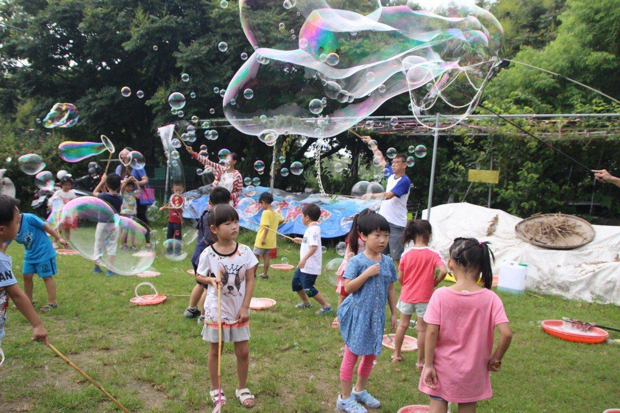 東螺溪欒樹節活動以「泡泡派對」揭開序幕。記者林敬家/攝影