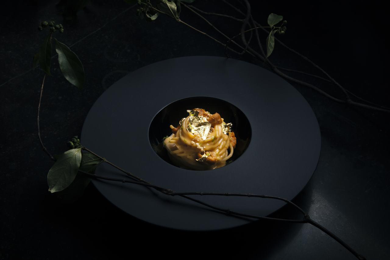 北海道海膽義大利麵,灑上金箔,看起來相當奢華,但價格卻親民只要430元起。圖/I...