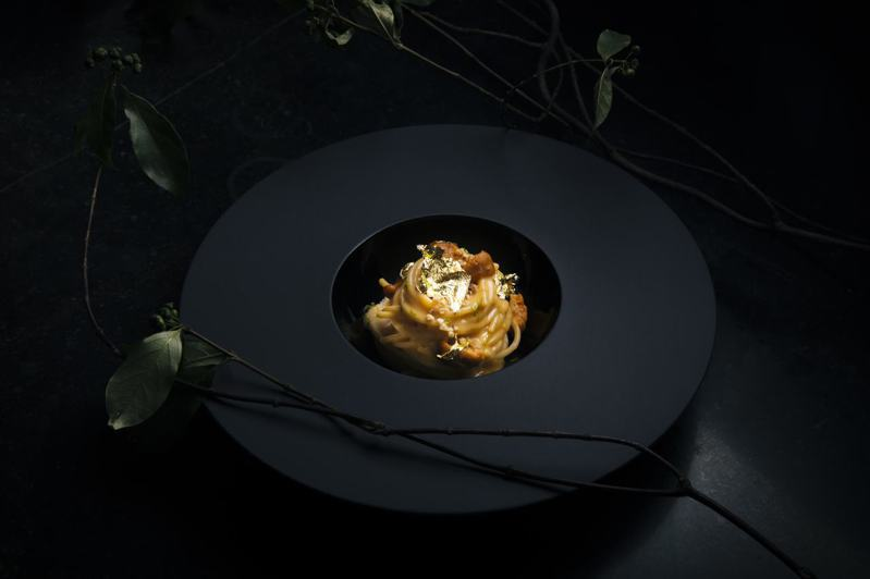 北海道海膽義大利麵,灑上金箔,看起來相當奢華,但價格卻親民只要430元起。圖/IL MERCATO義瑪卡多提供