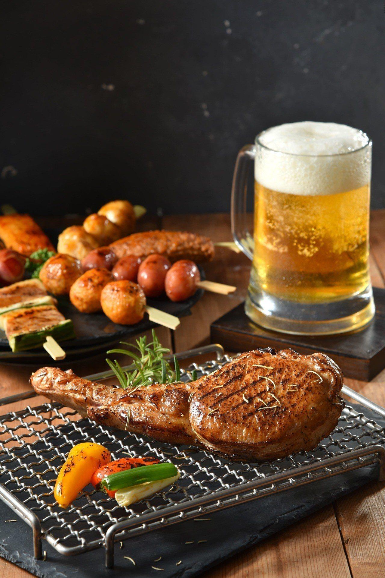 除了馬告香腸外,還有戰斧豬排可選擇,滿足愛大口吃肉的饕客。圖/黑橋牌提供