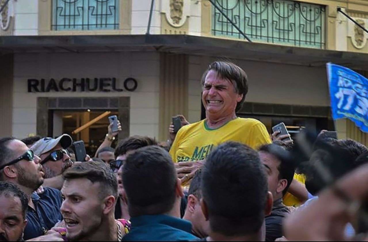 巴西總統候選人波索納洛(黃衣者)6日在競選活動中,遭人刺中腹部,送醫時險些喪命。...