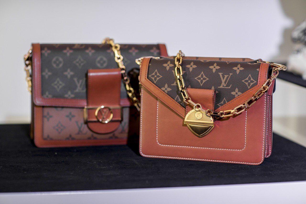 Dauphine(左)和Biface(右)都是早春新包款,鍊帶與金屬鎖釦為特色。...