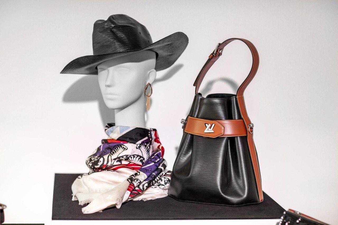 (右)Twist Bucket為早春新包款,旋釦沿用Twist系列的輕巧設計。圖...