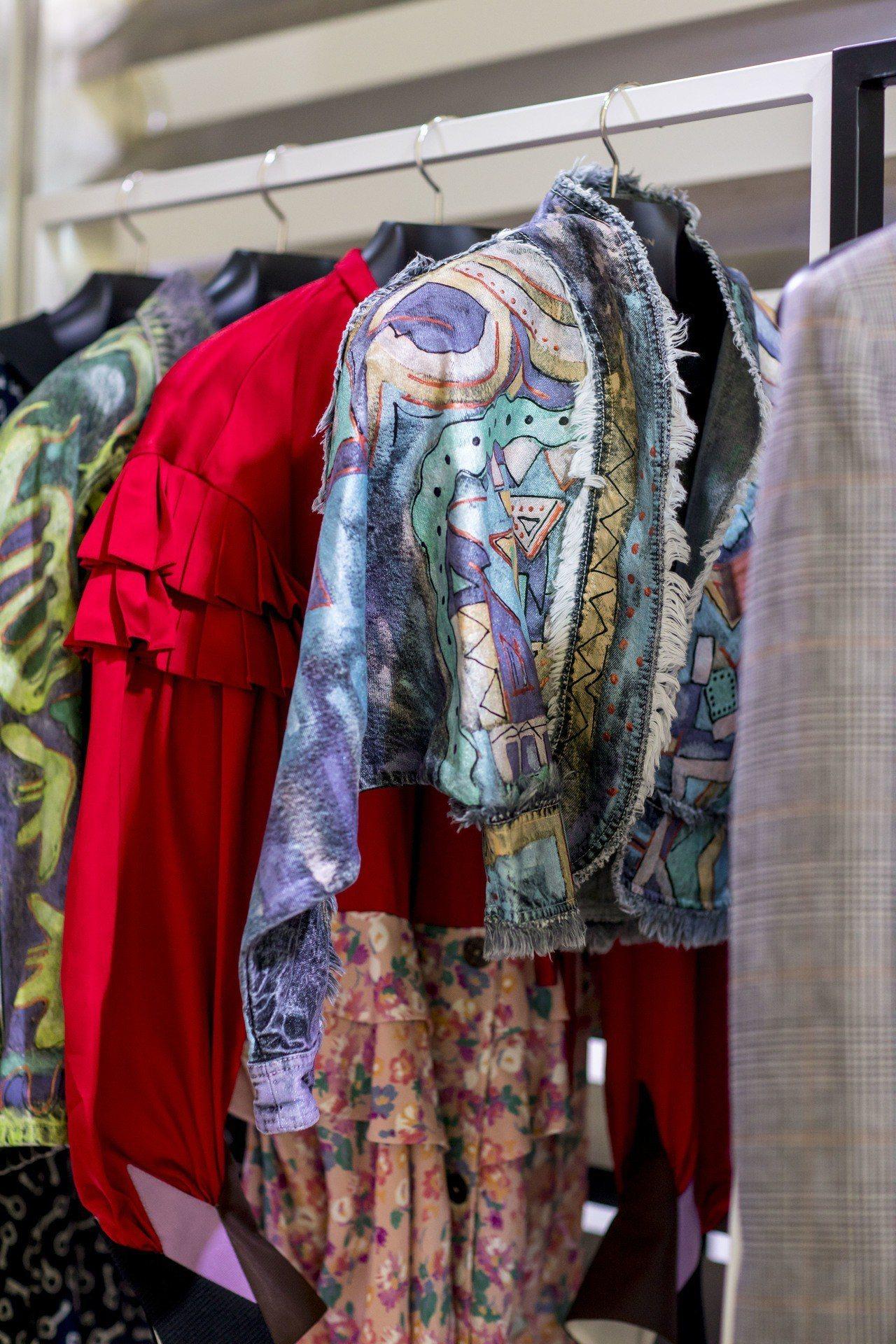 這件藍綠色繽紛的宮廷風輪廓短外套,印花靈感來自米羅的畫作。圖/LV提供