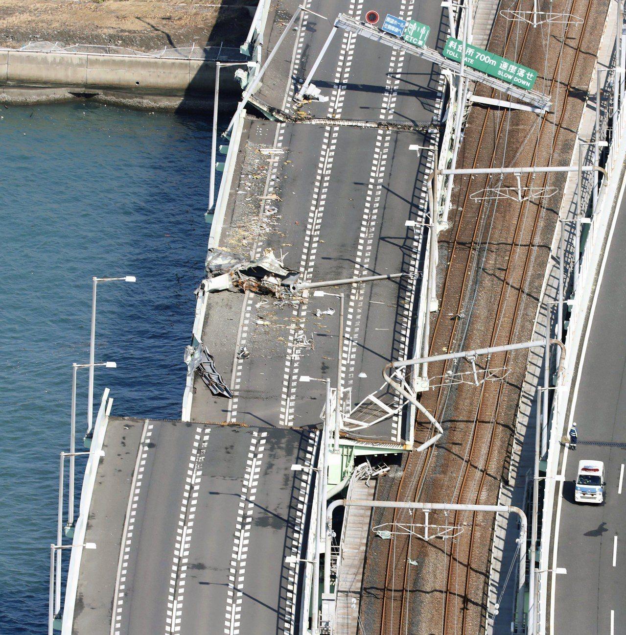 關西機場對外聯絡橋被油輪攔腰撞上嚴重損毀。圖/路透