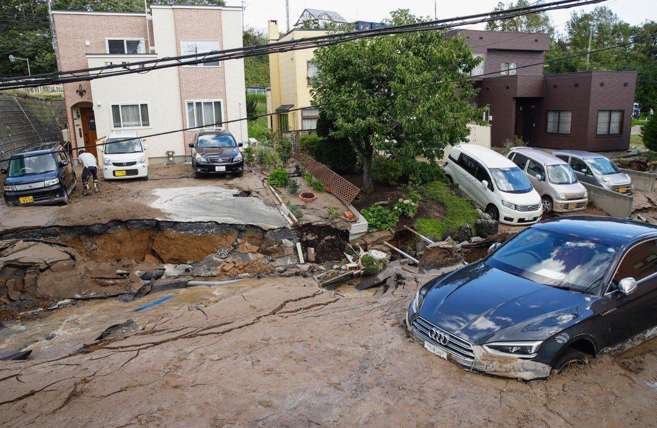 北海道發生規模6.7強震,多處房屋倒塌、道路下陷龜裂,山區有嚴重土石流。 美聯社