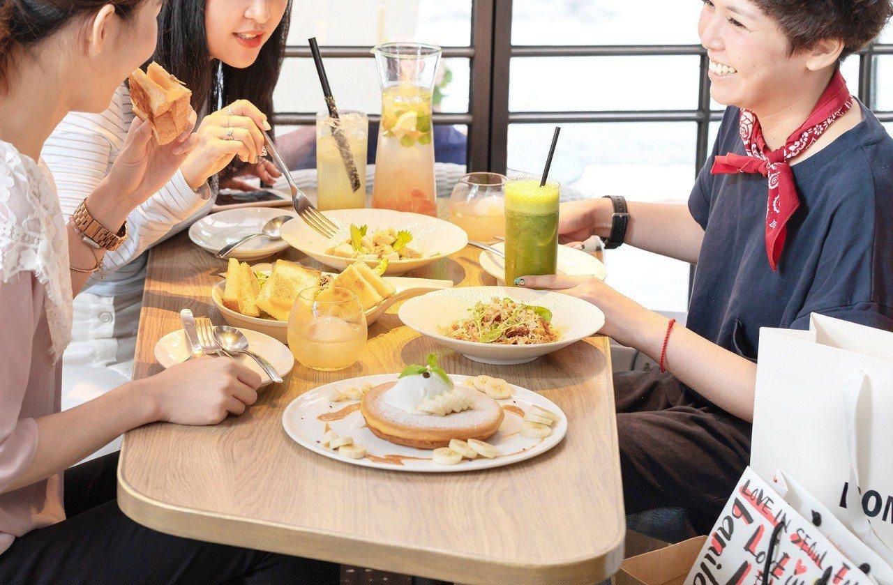 微兜推出「手滑姊妹會」周年慶活動,可邊吃人氣瓦帕鬆餅,邊交換購物情報 。圖/微兜...
