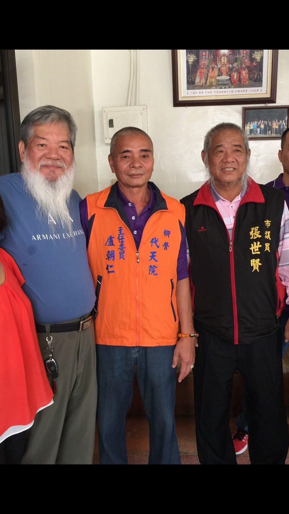 台南市議員張世賢(右一)與道長陳庚辛(左一)都留鬍鬚。記者吳政修/攝影