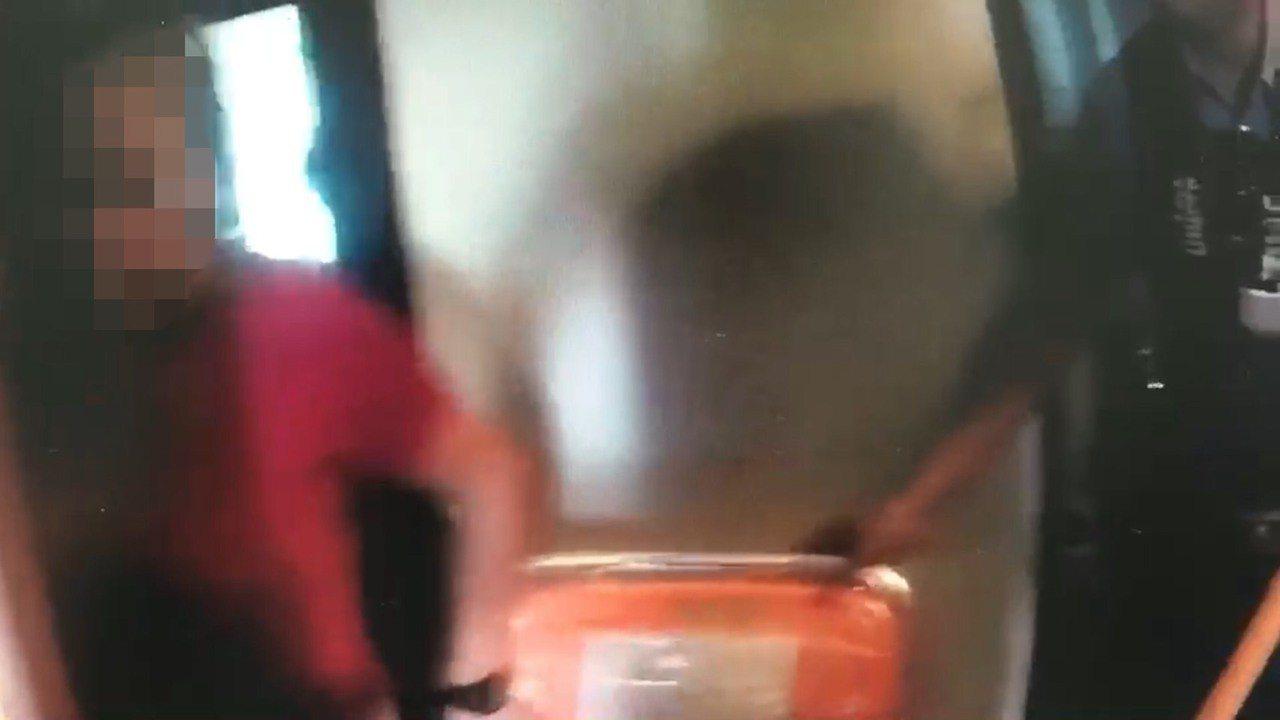 基隆一名婦人跑到4樓房間躲起來反鎖,持刀自殘流血,警方逐樓搜查,發現她鎖在房間內...
