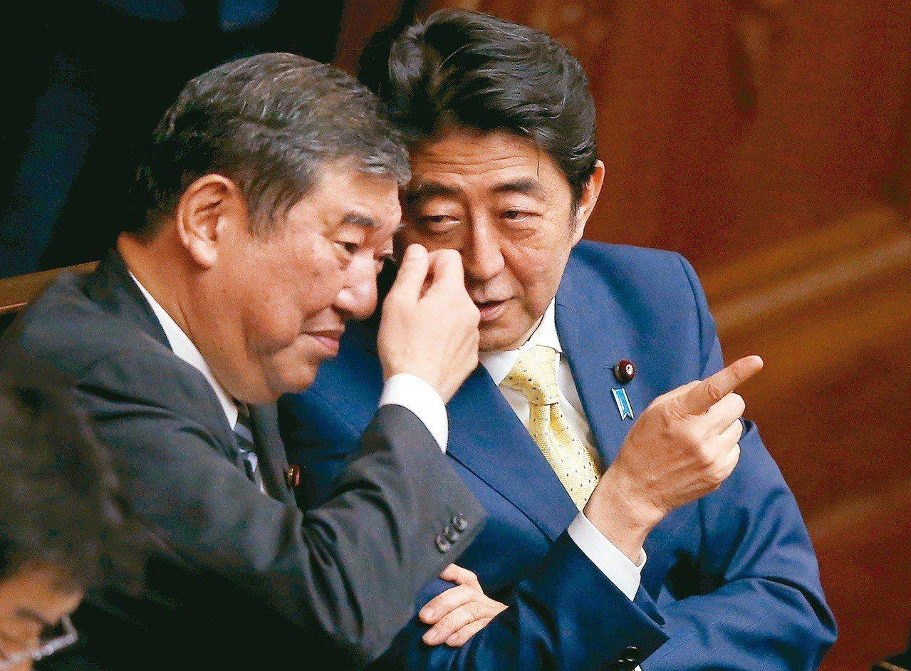 日本首相安倍晉三(右)自民黨總裁選舉中對決該黨前幹事長石破茂(左)。圖為兩人20...