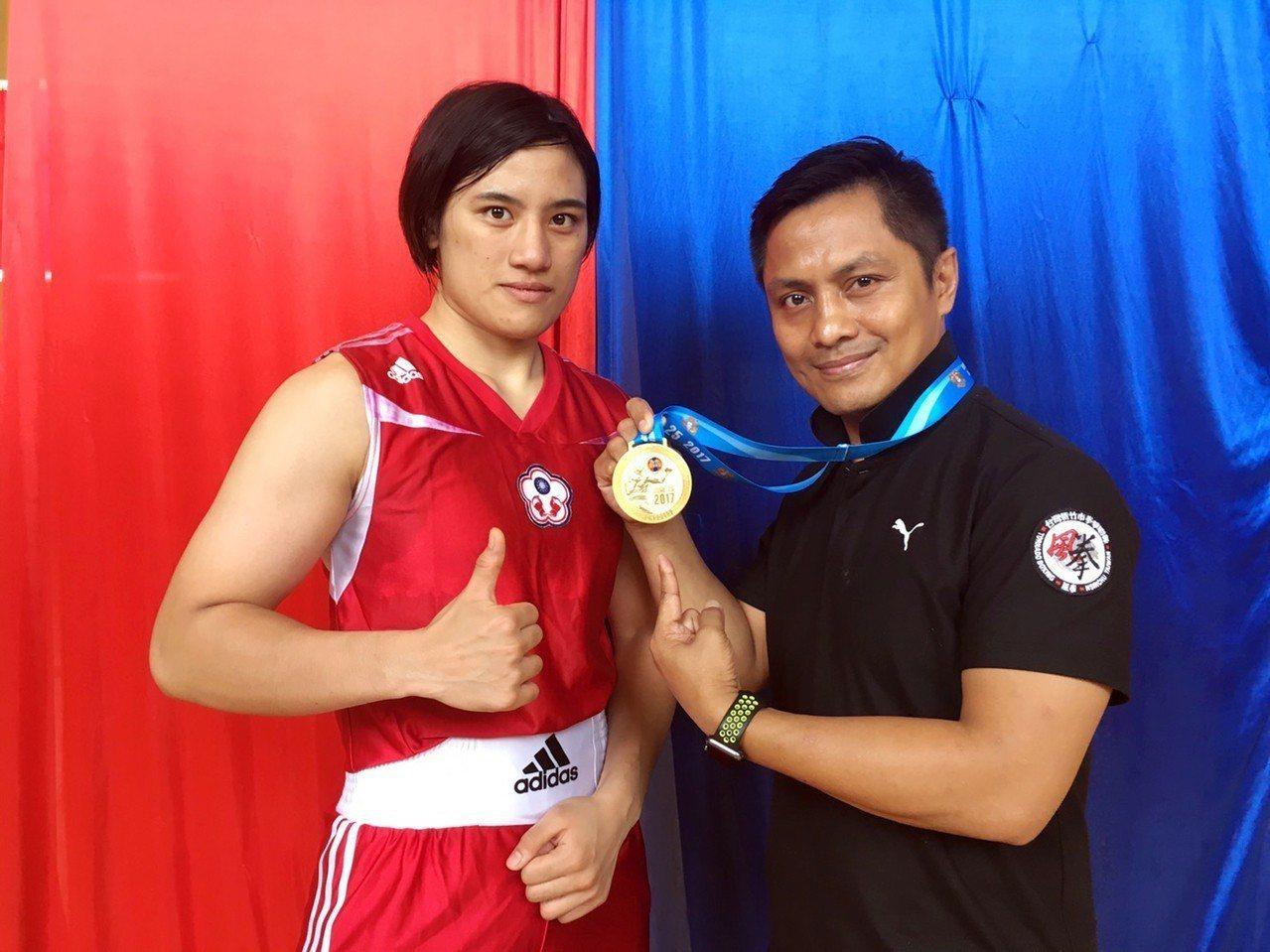 清華體育系學生陳念琴(左)在教練柯文明(右)的指導下,拿過許多傲人成績。圖/教練...