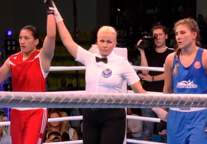 清華體育系大四生陳念琴(左,紅衣者)參加2018世界大學拳擊錦標賽,決賽以3:2...