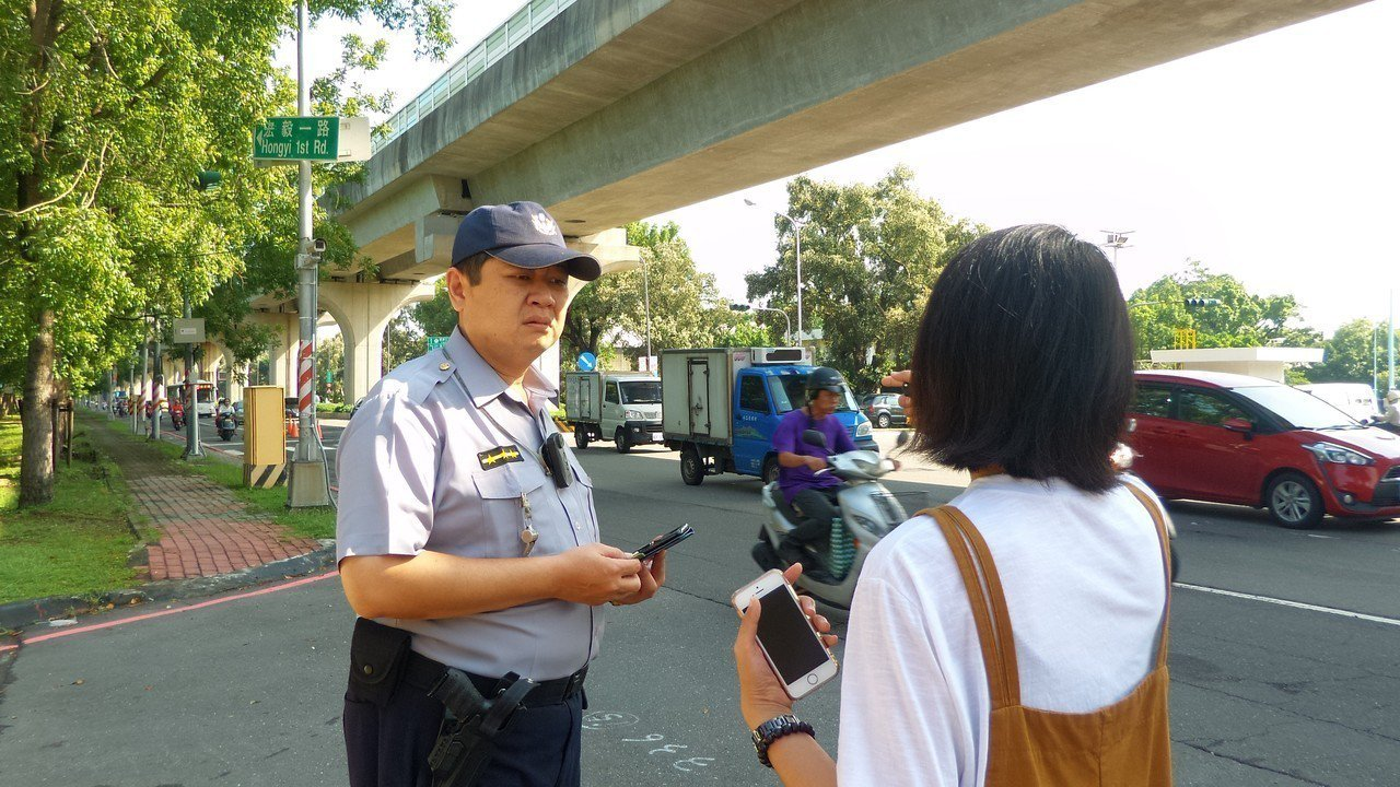 蘇姓女子(右)向警方反映,昨晚她因經過左楠路同處坑洞摔車受傷。記者林保光/攝影