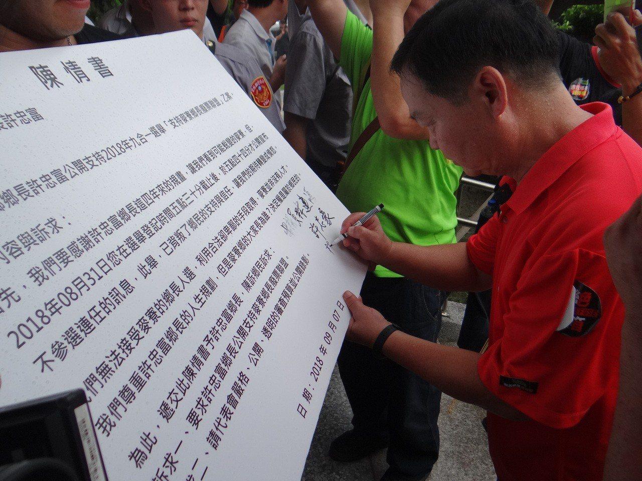 麥寮鄉三位縣議員簽署支持廢盟的訴求。記者蔡維斌/攝影