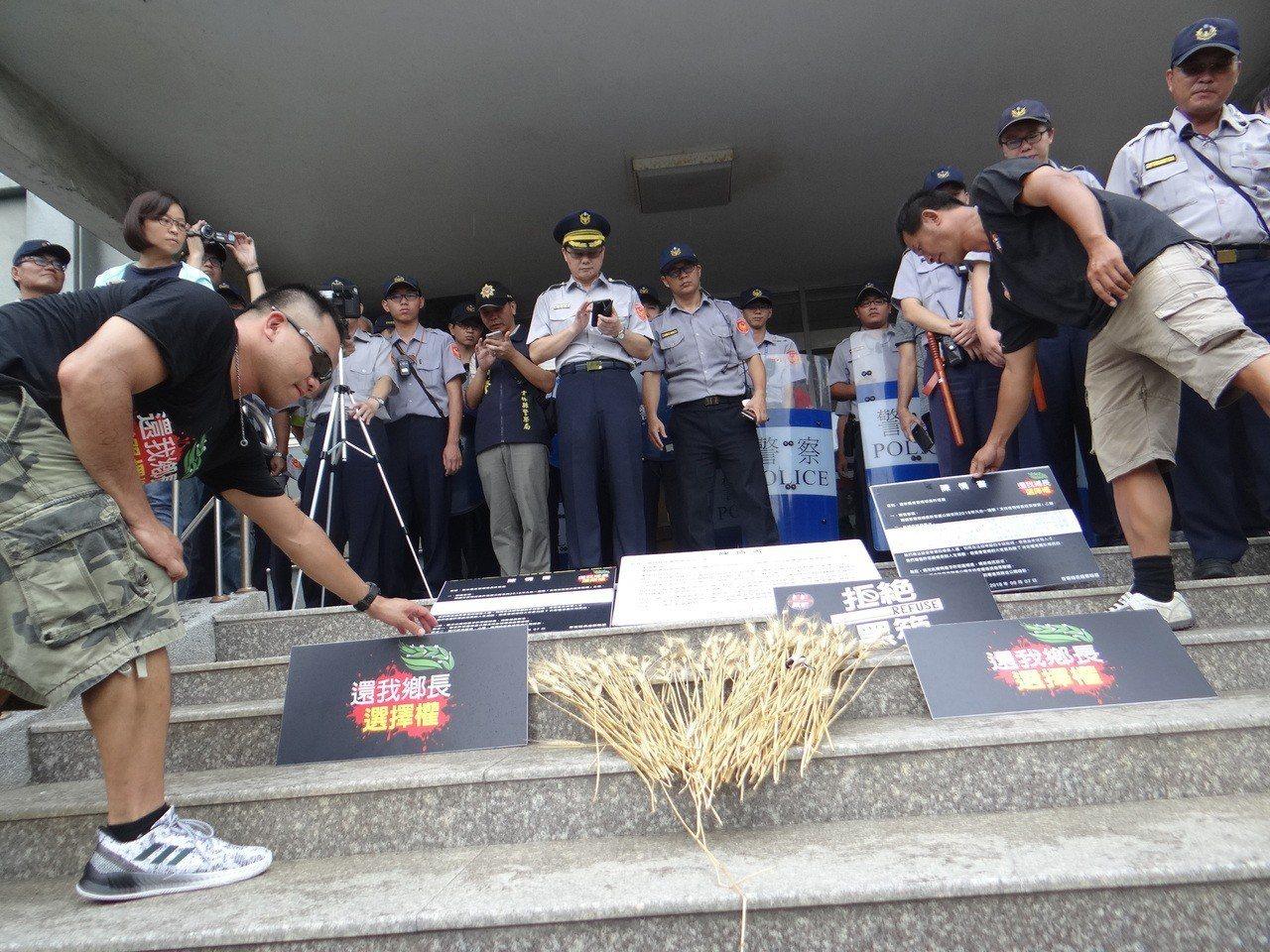 廢票聯盟將麥穗放在公所前表達無聲的抗議。記者蔡維斌/攝影