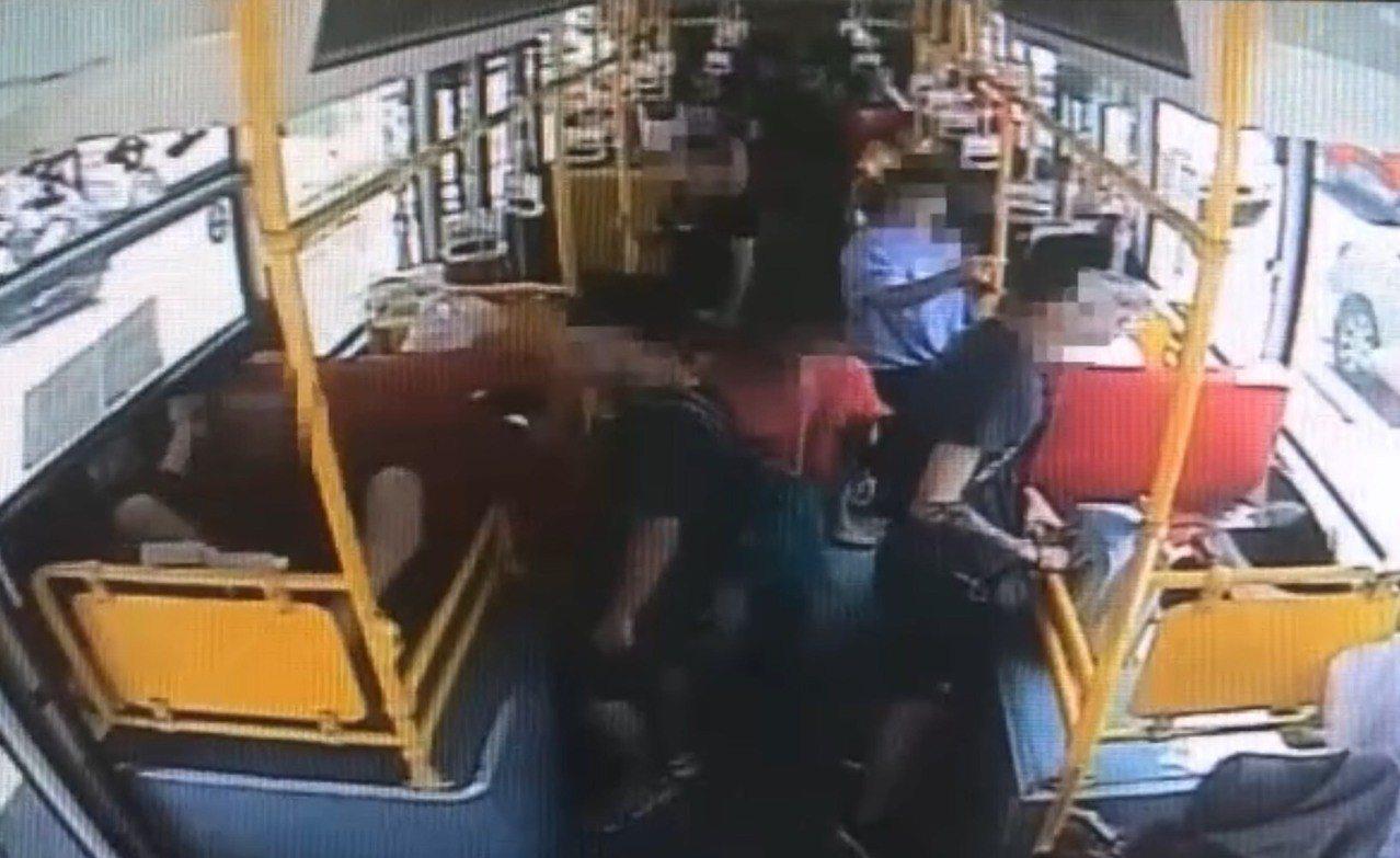 醉漢大鬧公車。圖/警方提供