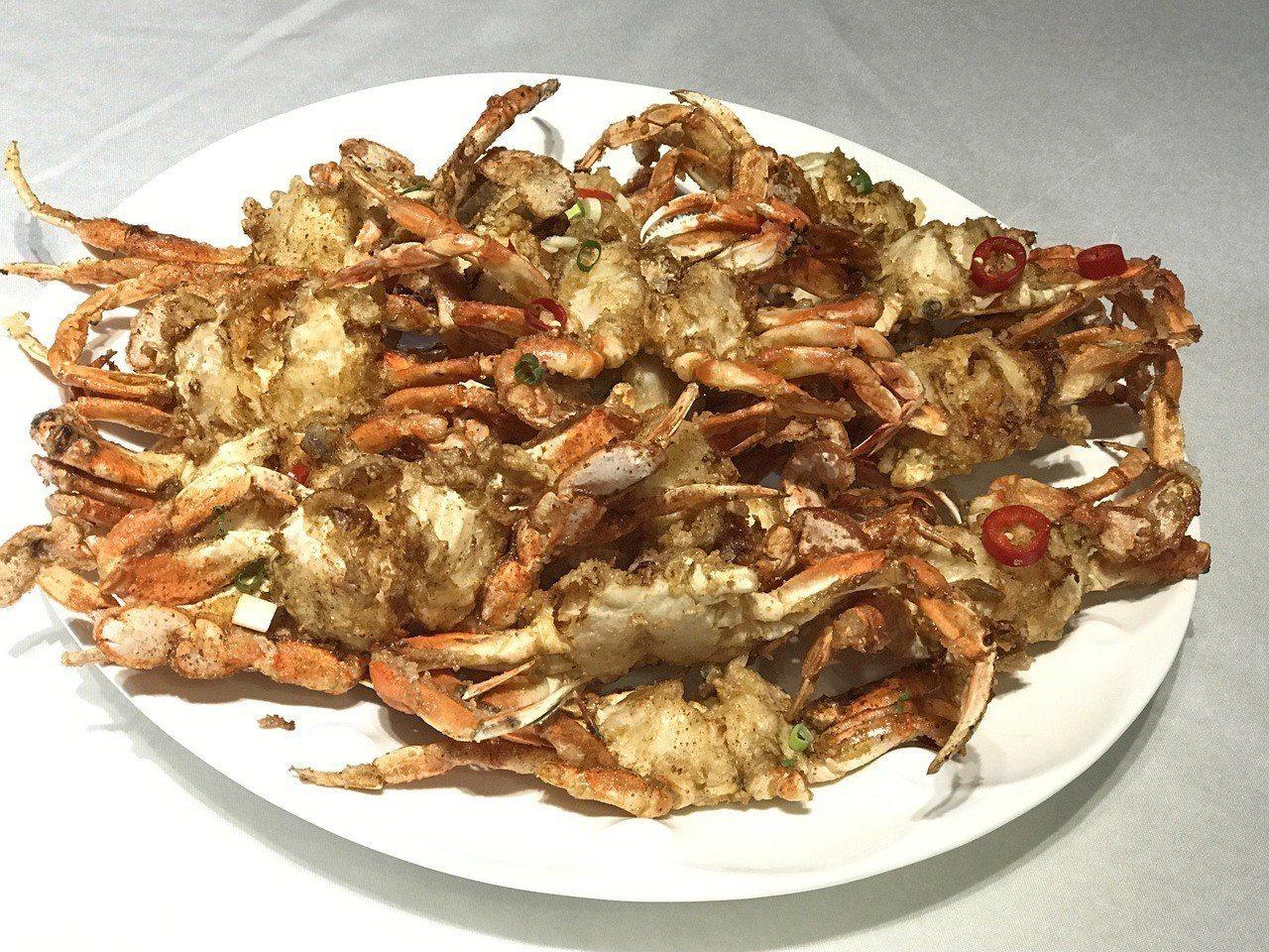 連3年在碧砂漁港星晨碼頭舉辦的「海鮮啤酒趴」,有美味的黃金蟹、酥脆小蝦及沁涼的啤...