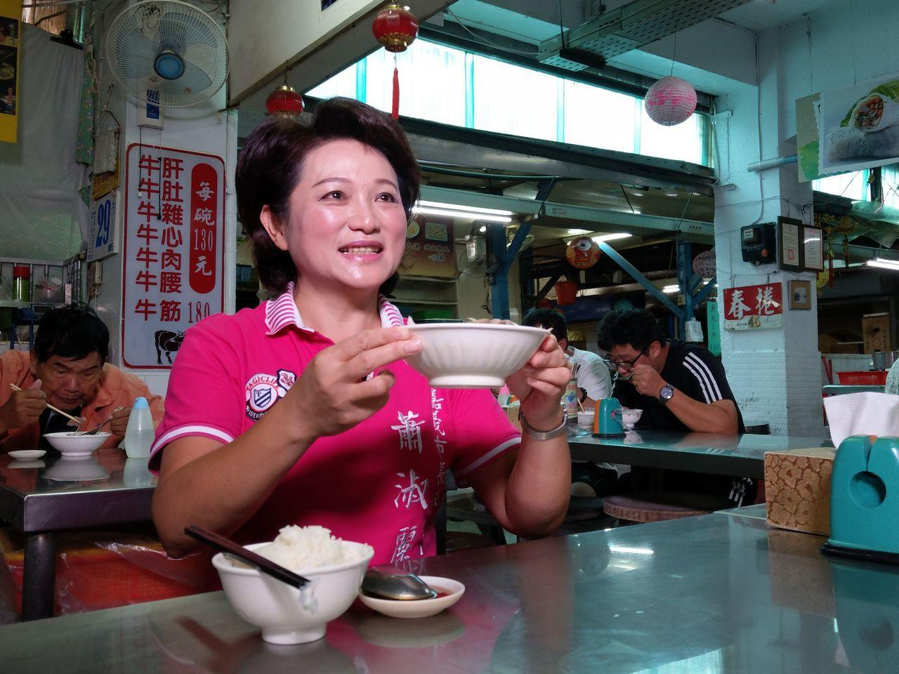王家祖傳牛雜湯隱身在東市場裡,每天用最新鮮的本土牛做成牛雜湯或牛肉湯。記者石偉民...