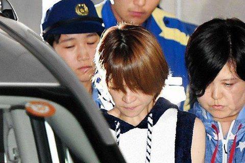 前「早安少女組」成員的吉澤瞳昨天酒駕肇逃,遭到警方拘捕。日媒晚間拍到她結束偵訊移送的憔悴模樣,全程低著頭沉默無語,配合警方將她帶至看守所。吉澤瞳昨天早上6點開車闖紅燈,撞傷1名騎腳踏車的女性和男性路...