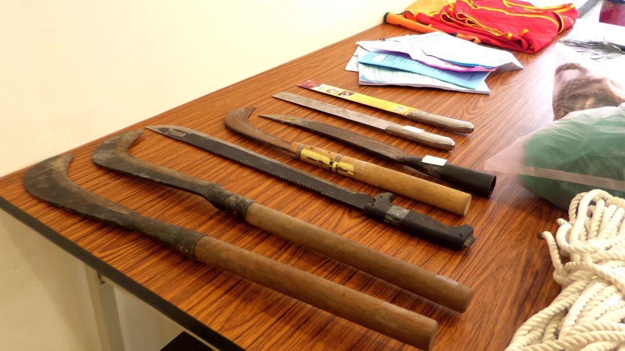 警方在趙姓男子的賽鴿聚會所搜出的多把涉案鐮刀。記者林保光/攝影