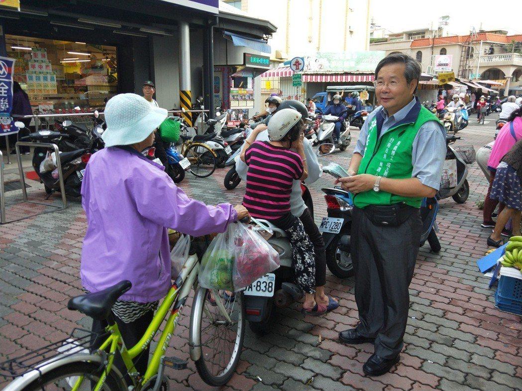 無黨籍台南市長參選人許忠信(右)主張私有地公用,不能以公益使用或經費問題不予處理...