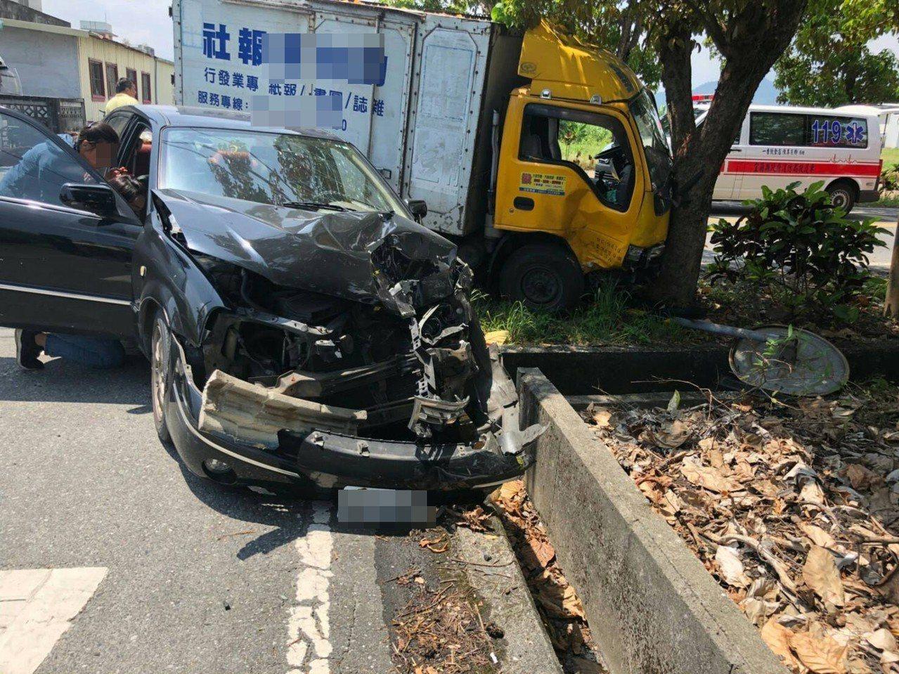宜蘭車禍4人受傷送醫,車禍的小貨車撞樹。圖/宜蘭縣消防局提供