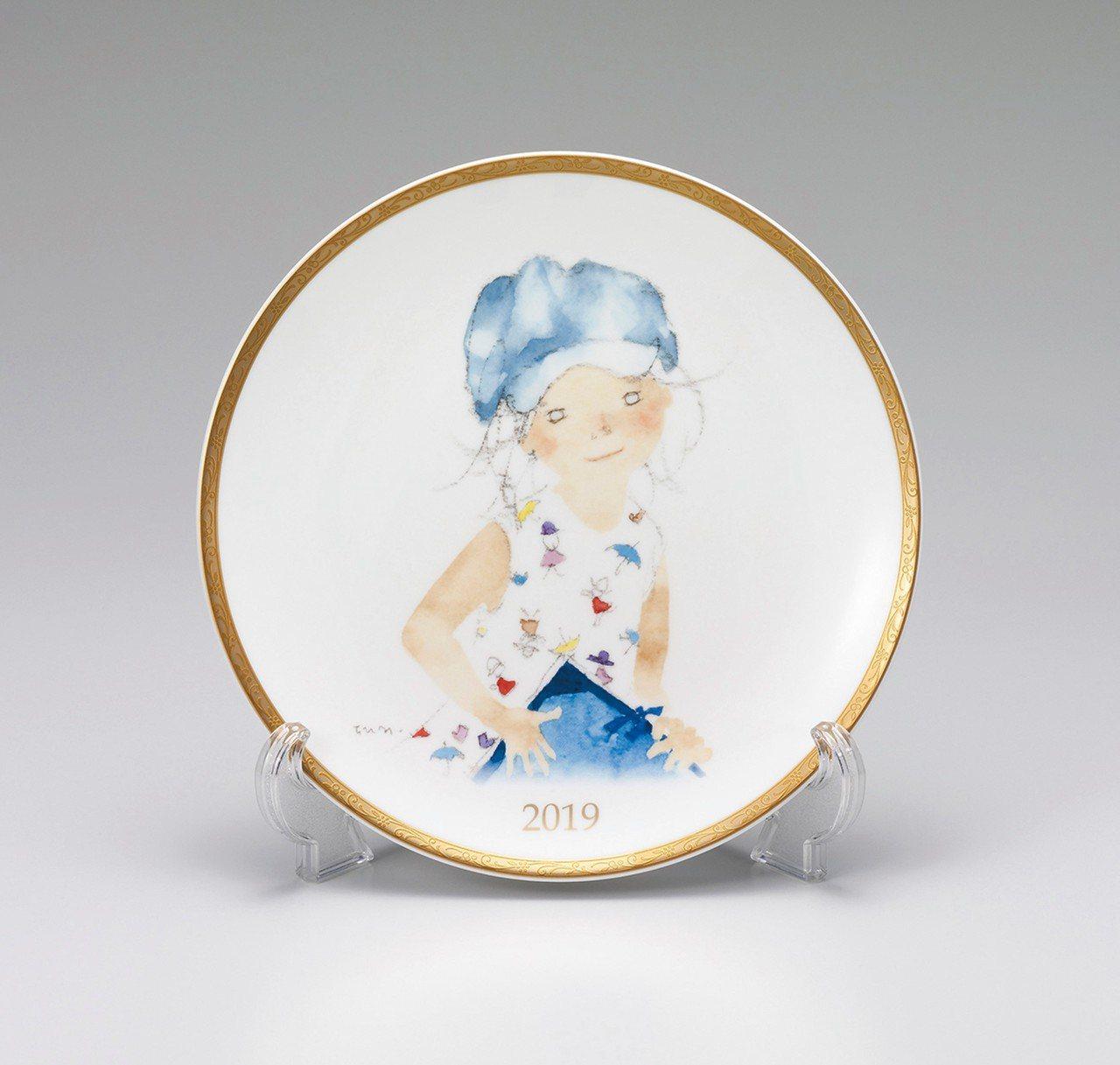 NARUMI的2019年度盤是一個戴著藍色帽子的可愛女孩,手裡拿著一本素描繪本,...
