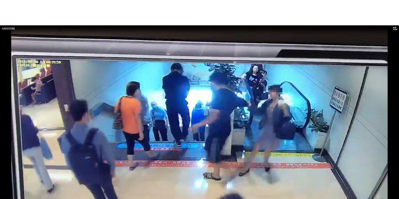 國立大學碩士畢業的吳姓男子,涉嫌在彰化基督教醫院電扶梯拿手機偷拍穿著短裙的女子內...