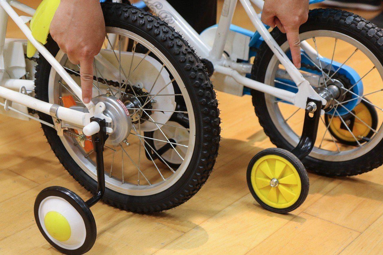 右邊兒童自行車後輪軸螺絲突出過長,卻未有左邊兒童自行車的保護裝置。記者王敏旭/攝...