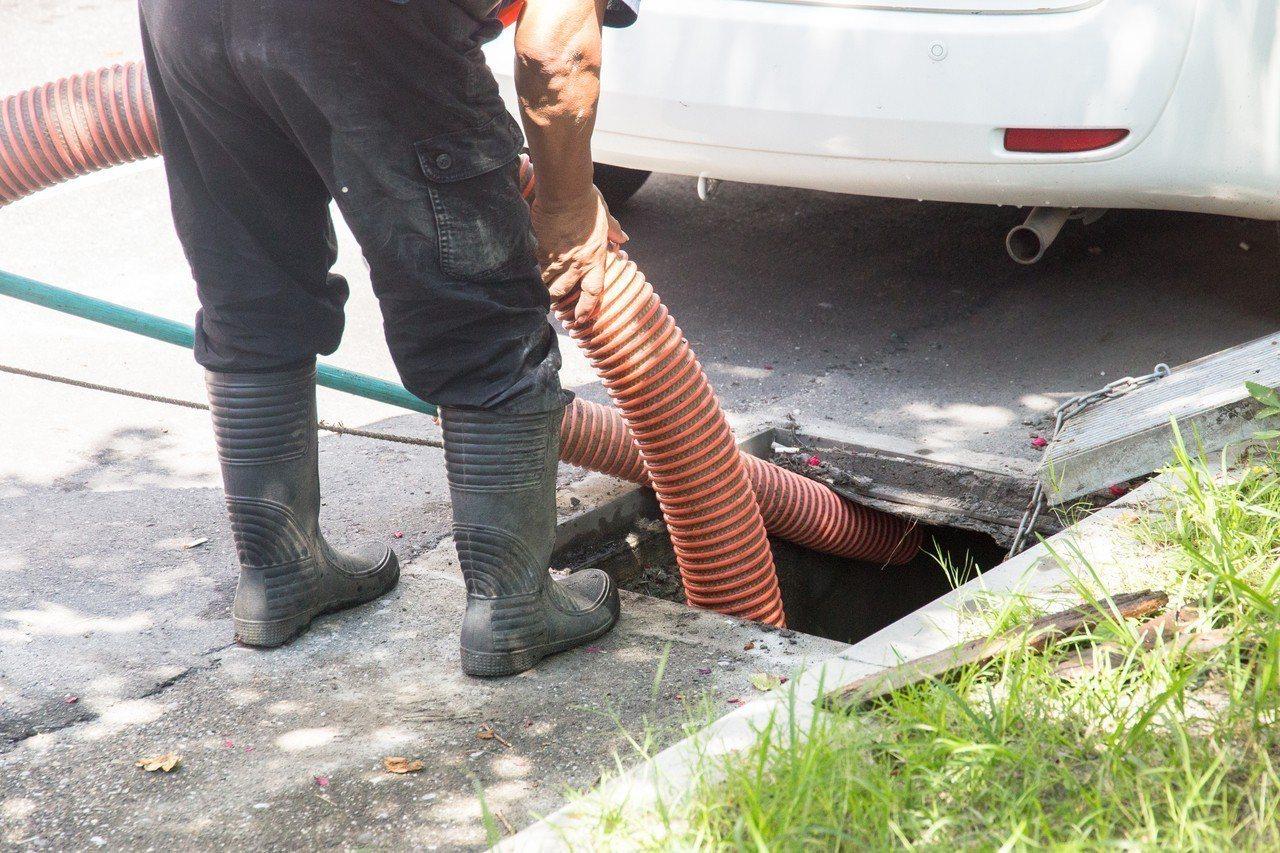 花蓮市公所外包的下水道清淤工程,今天於國盛二街實施水溝清淤作業。記者蔡翼謙/攝影
