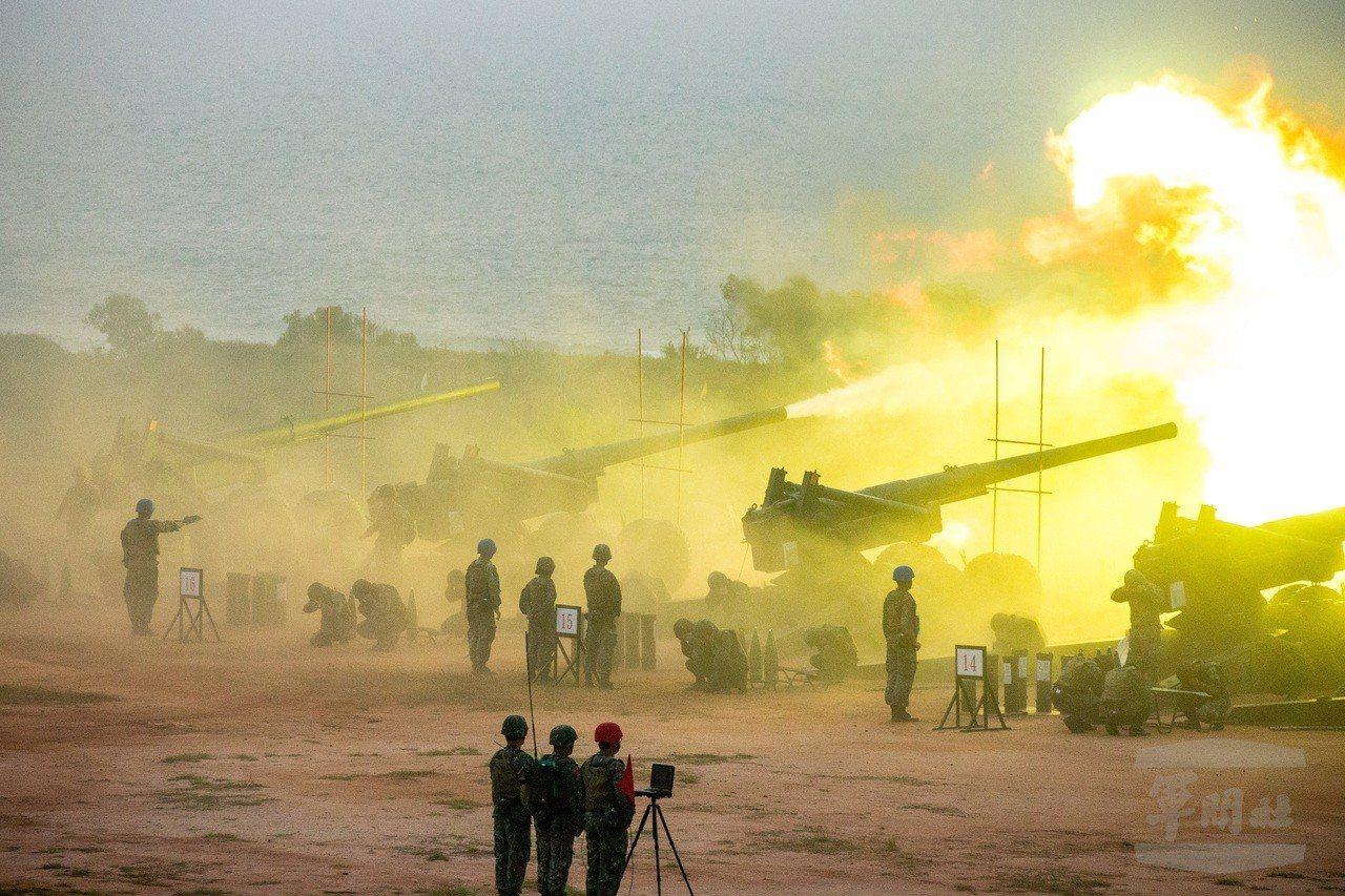 陸軍金門防衛指揮部7日實施的「聯合反登陸作戰操演」中,155加農砲在各波次射擊中...