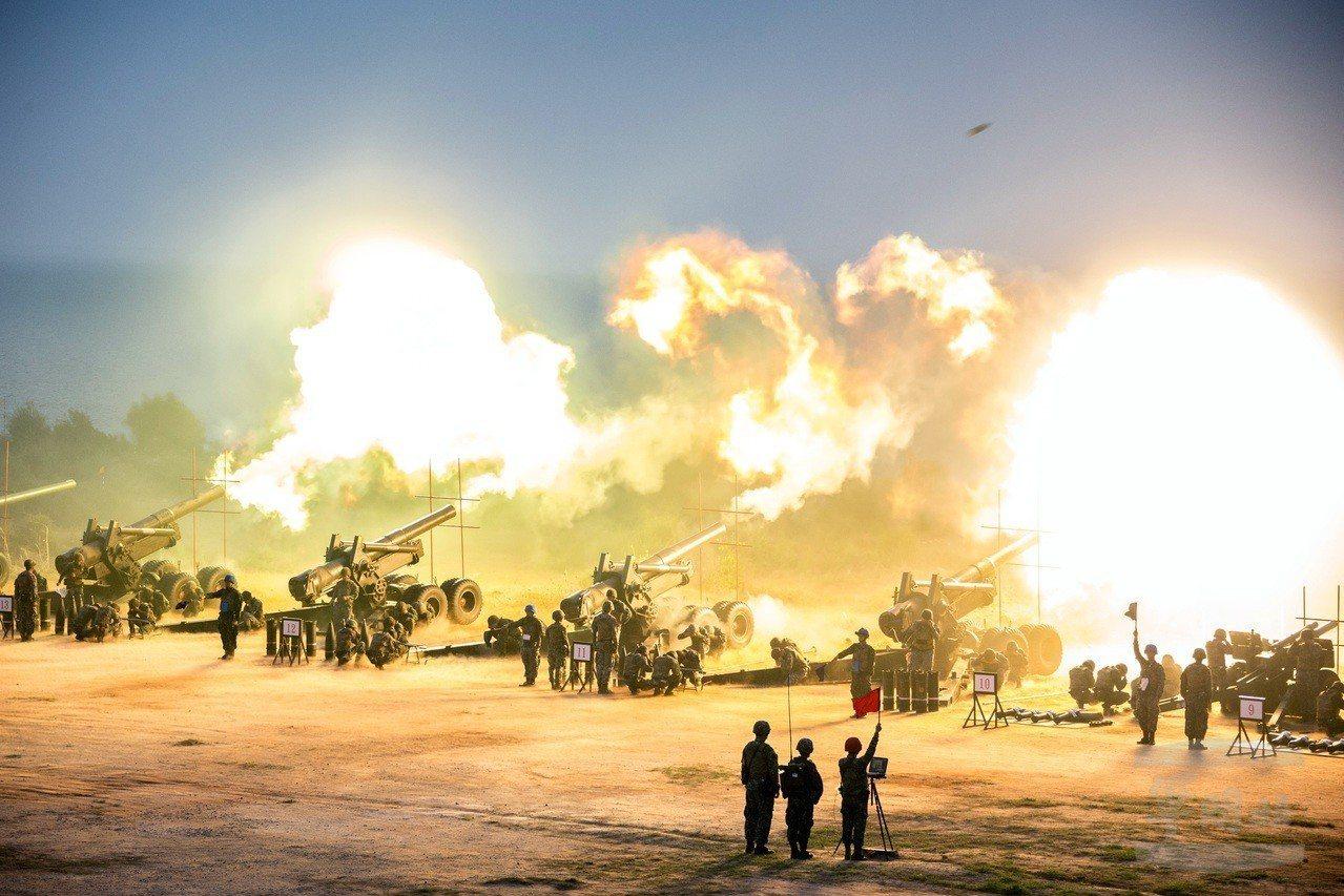 陸軍金防部「聯合反登陸作戰操演」7日在后湖陣地實施,各式砲火發射照亮當地清晨寤寐...