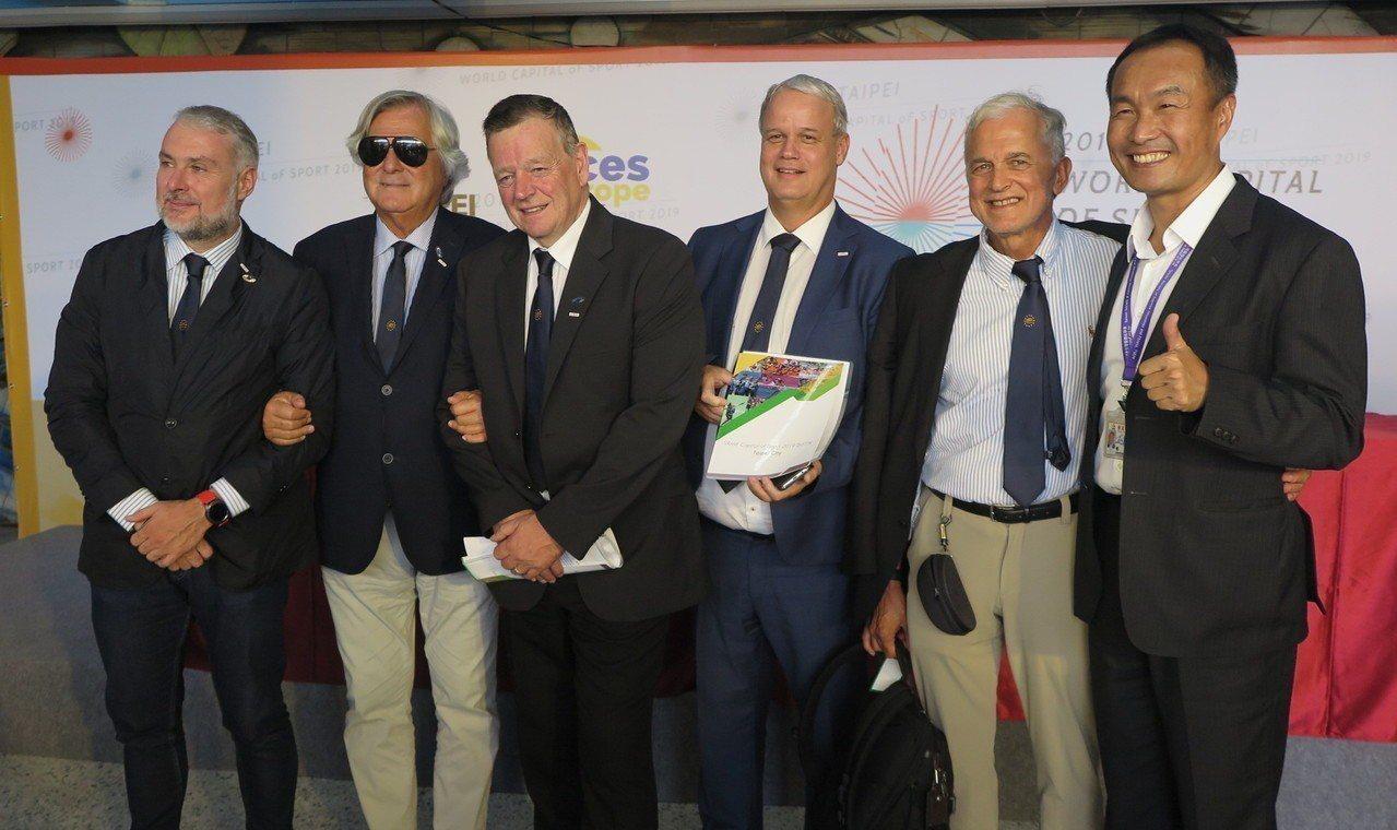 台北市體育局局長李再立(右一)與5名訪視委員。記者毛琬婷/攝影