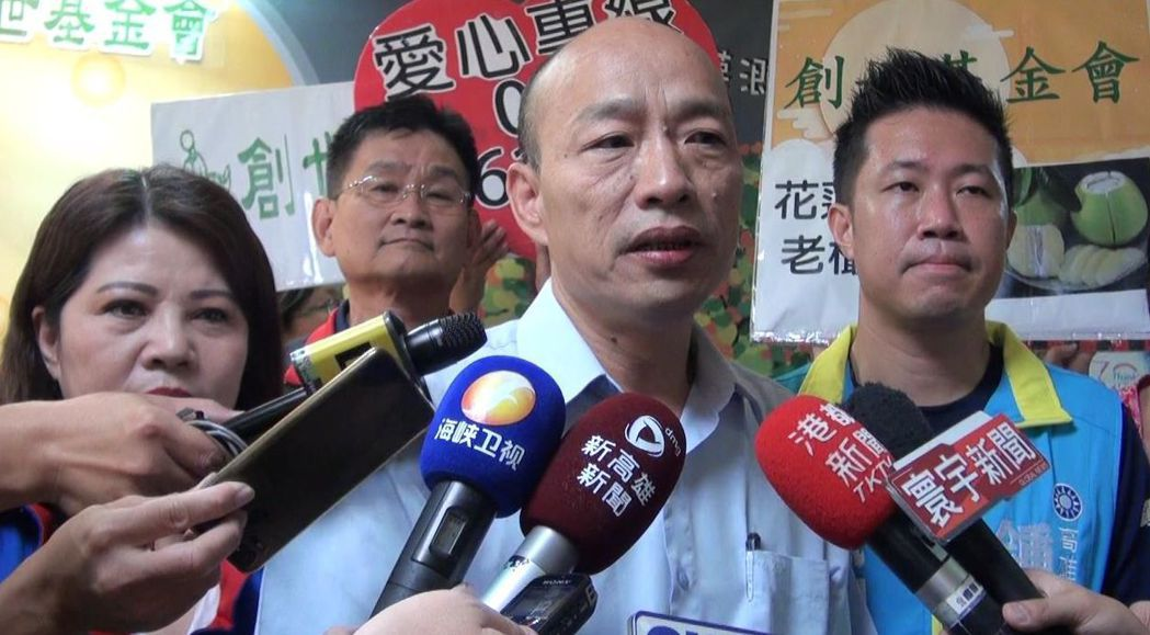 國民黨高雄市長參選人韓國瑜(前左二)批評前市長陳菊團隊是落跑政府,讓市民太失望。...