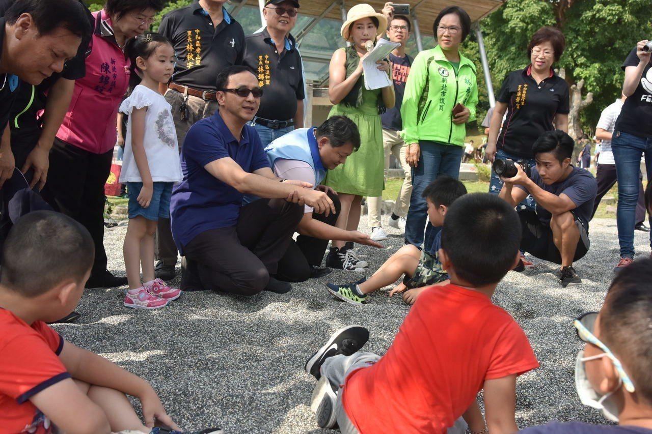 新北市中和區錦和運動公園今天正式啟用,新北市長朱立倫一一巡視孩童使用各項遊具情形...