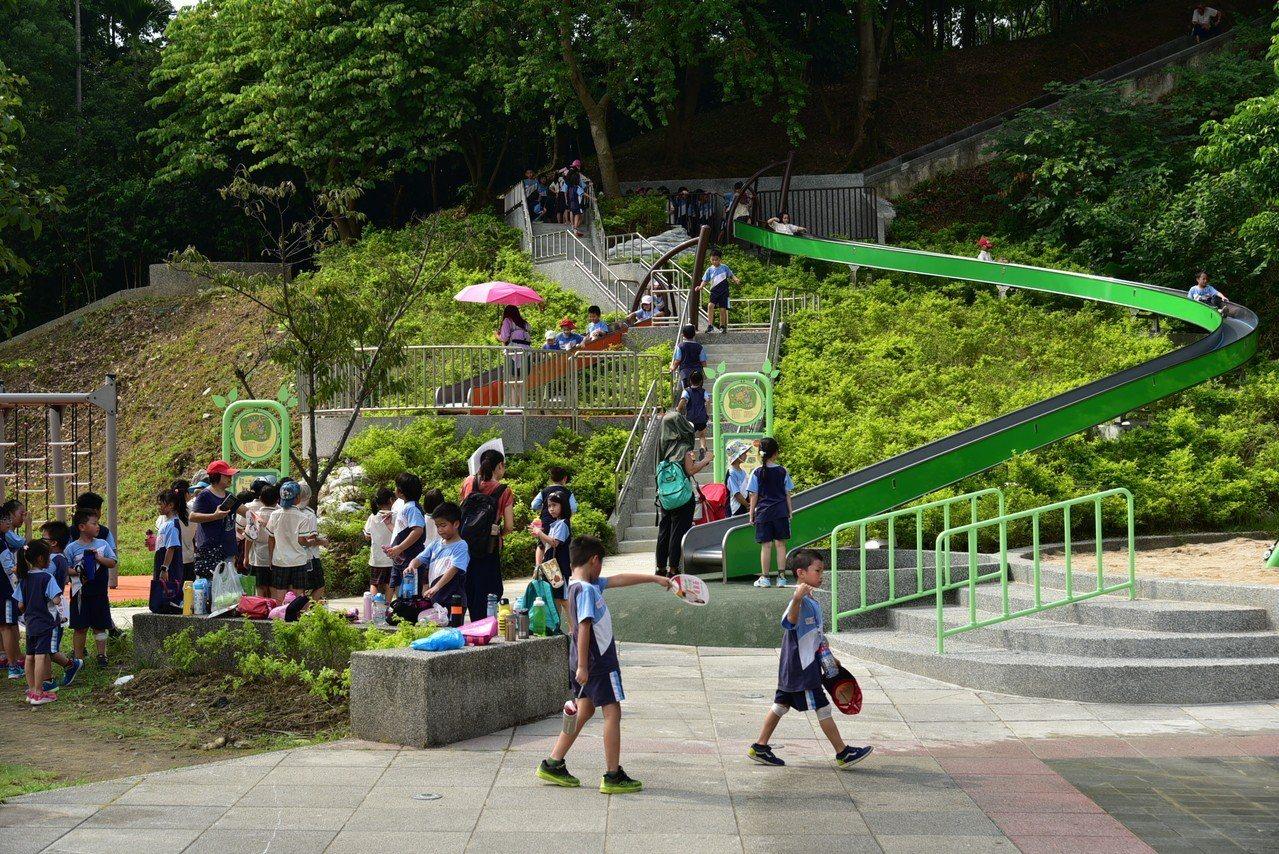 新北市錦和運動公園內有3個滾輪滑道,其中最長的是28公尺,深受孩童們喜愛。圖/新...
