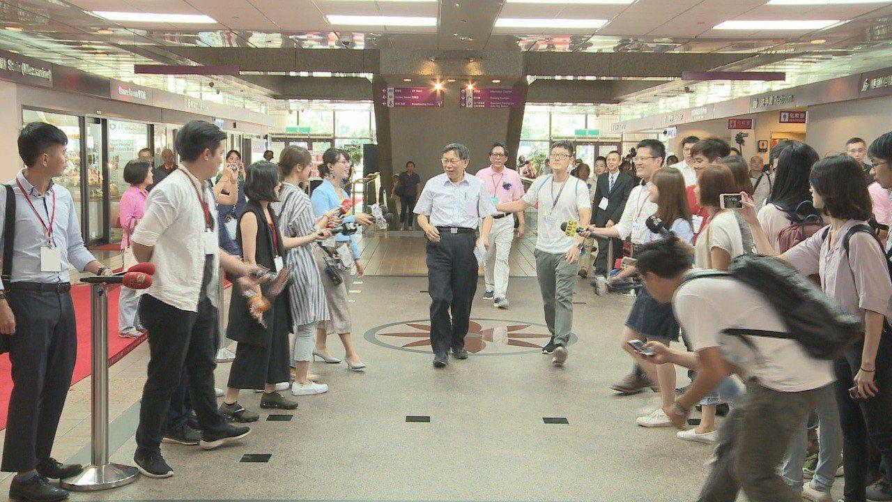 台北市長柯文哲出席「2018台灣藝術博覽會」前,大批媒體等著堵訪。記者徐宇威/攝...