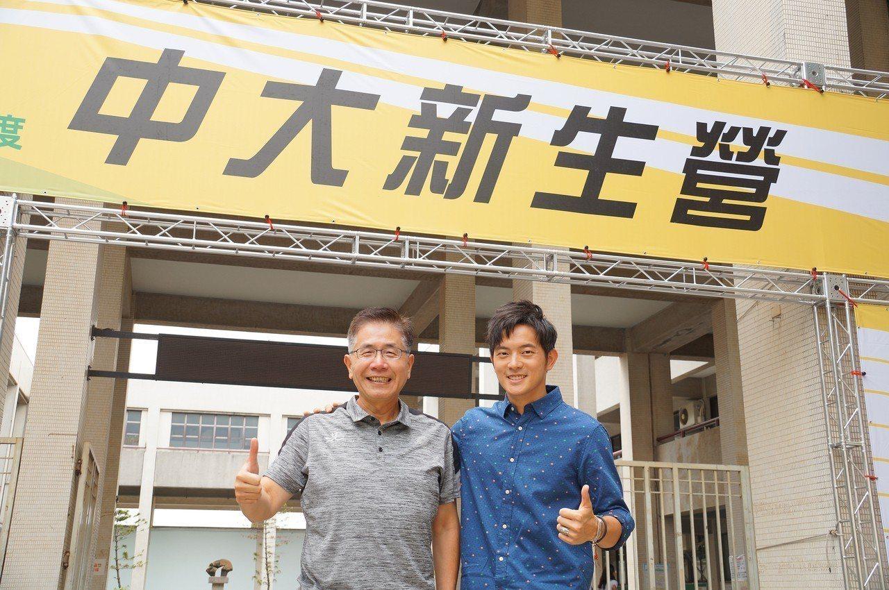 中央大學邀請藝人宥勝(右)新生營返回母校演講。圖/中央大學提供